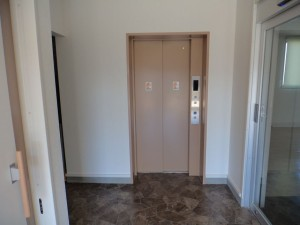 1階から2階へ上がるエレベーター