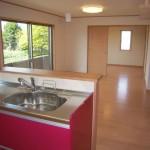 キッチン作業スペース、リビング、そして奥の洋間には全て床暖房完備